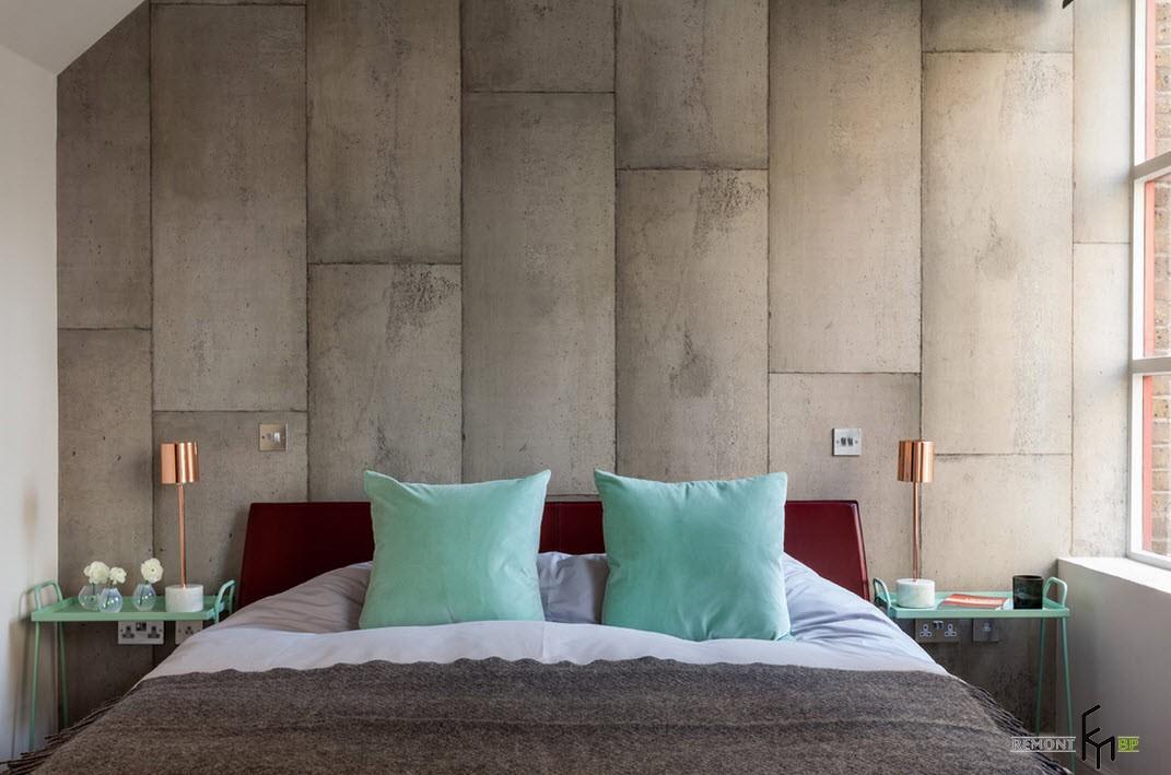 Стена из серых блоков в спальне