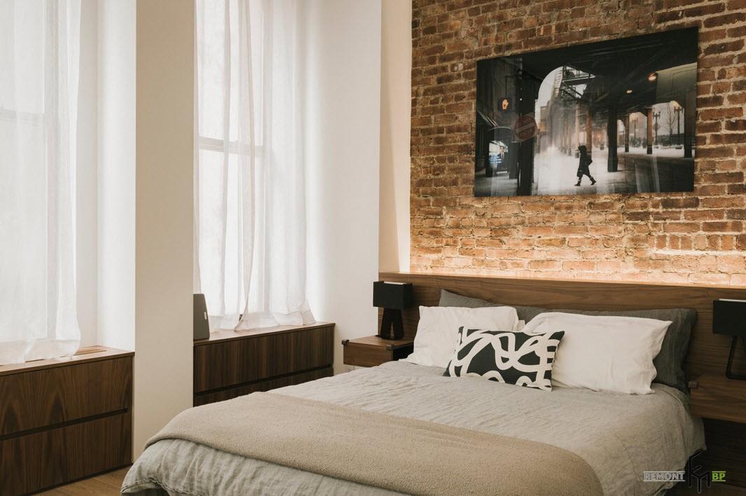 Кирпичная стена в изголовье кровати