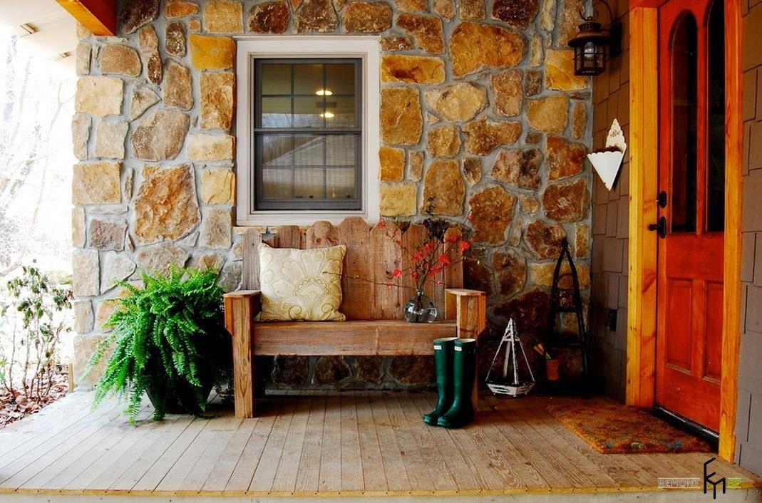 Деревянная скамья на каменном фоне