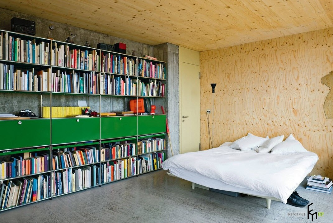 Большой книжный шкаф в спальне