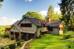 Загородный дом у озера из дерева и камня