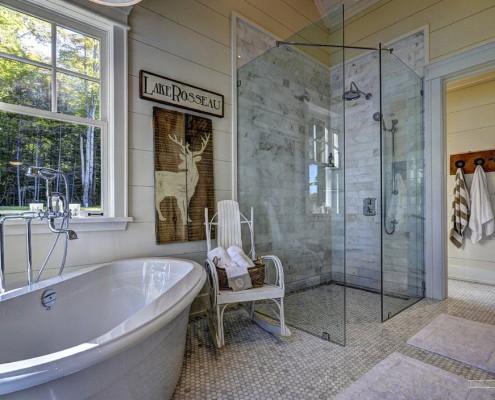 Мозаичный пол в интерьере ванной