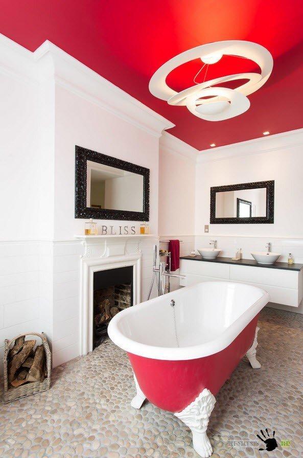 Яркий красный на потолке в ванной