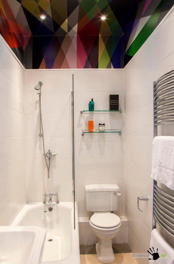 Цветной потолок в ванной