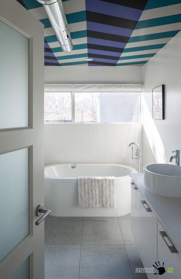 Геометрический рисунок на потолке ванной