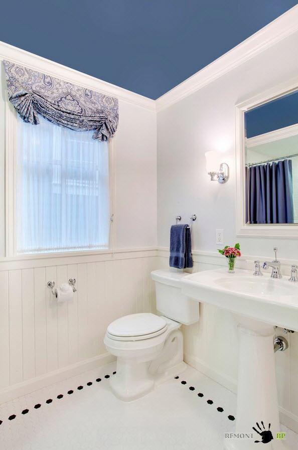 Темно-синий потолок в ванной