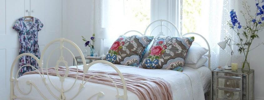 Интерьер современной спальни в белых тонах