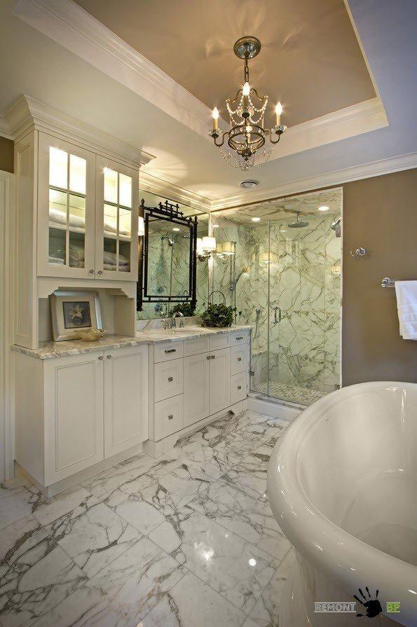 Роскошный потолок в ванной