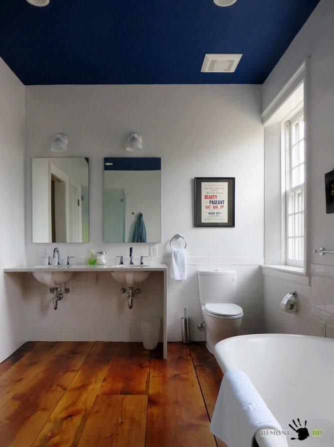 Сочетание темного потолка и белых стен
