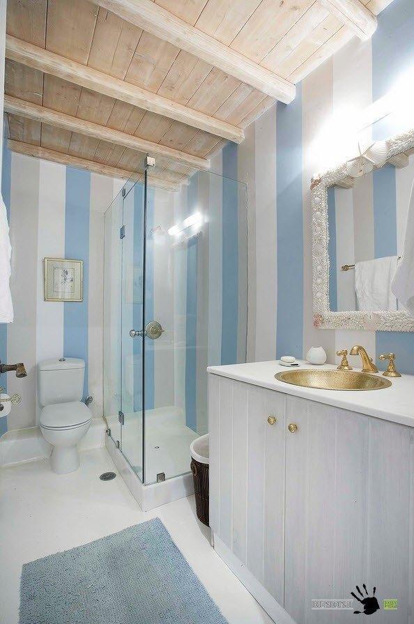 Деревянные элементы на потолке ванной