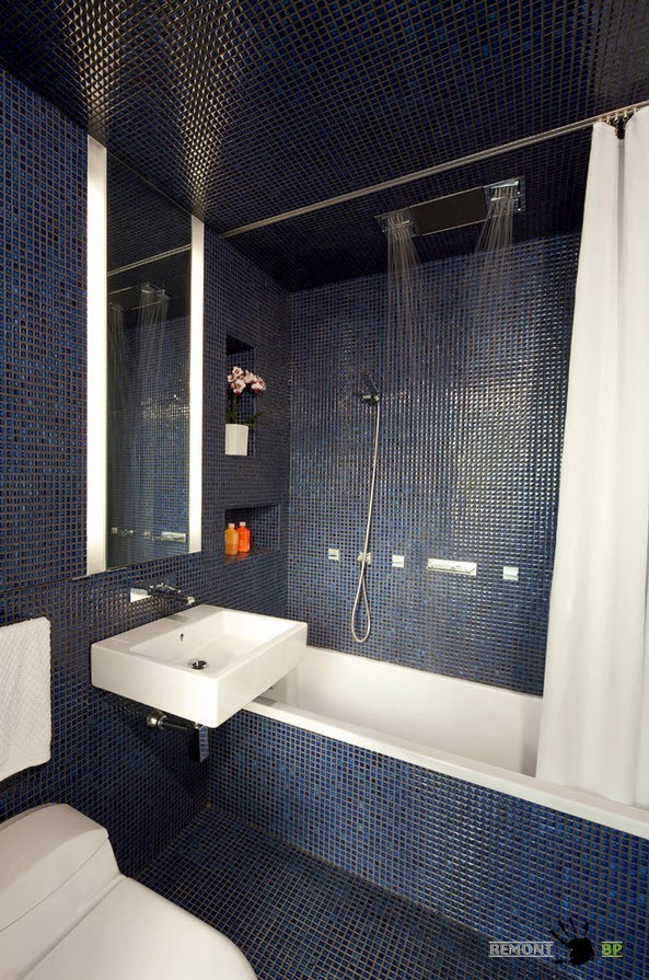 Плитка на потолке и стена ванной