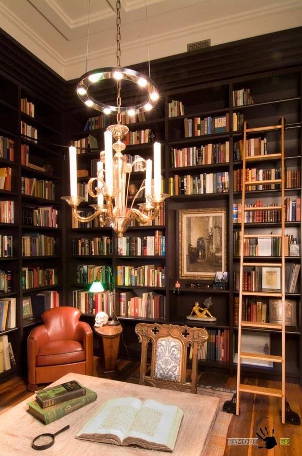 Большая библиотека в гостиной