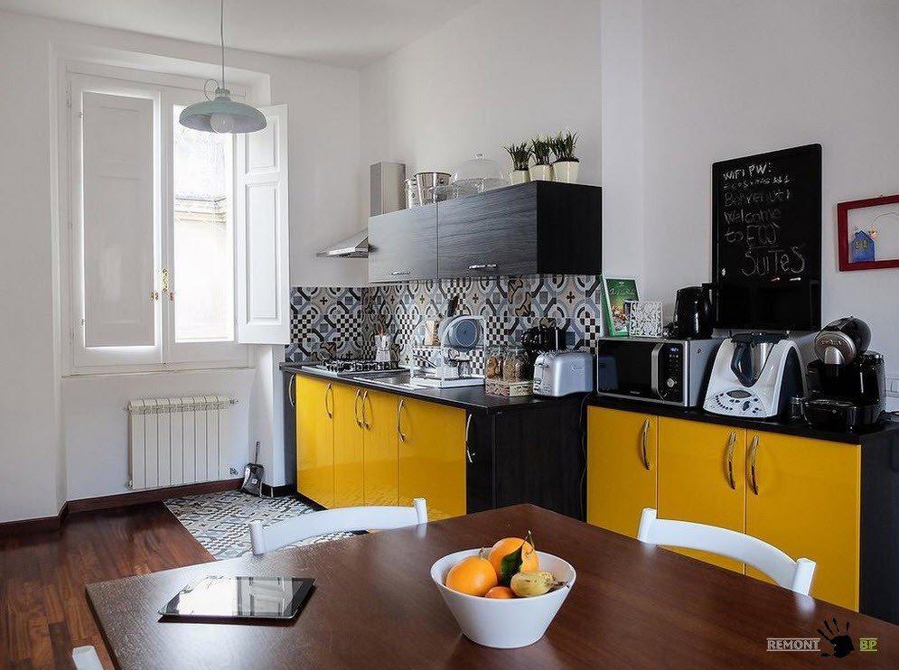 Черно-желтая меблировка