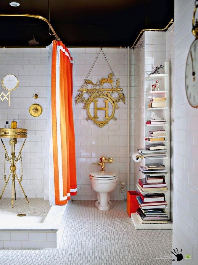 Темный потолок и белые стены в ванной
