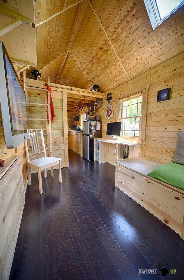Маленький и мобильный дачный домик на колесах на фото