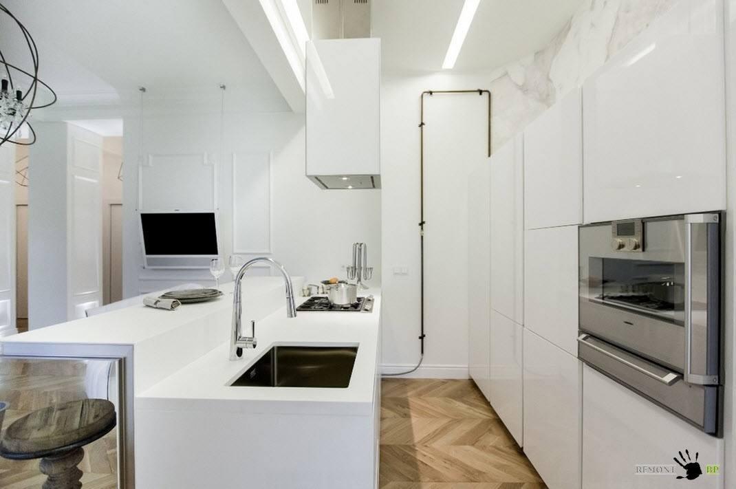 Кухонная зона в белых тонах