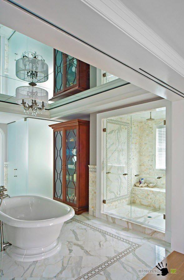 Зеркало на потолке ванной