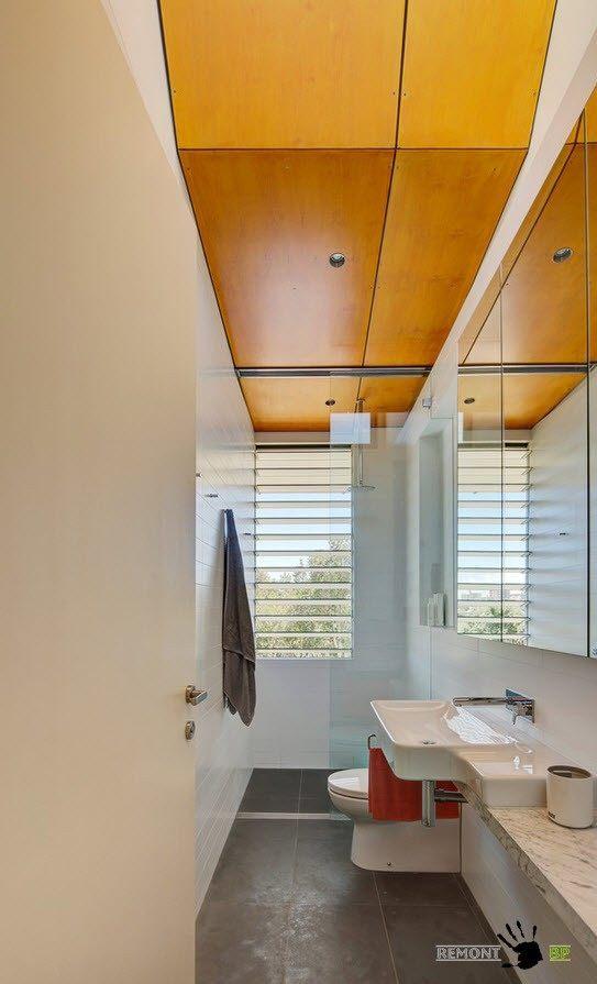 Деревянные панели на потолке ванной комнаты