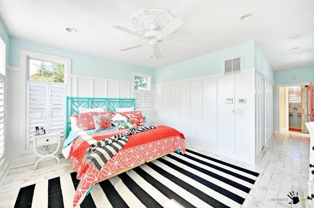 Яркое оформление белой спальни