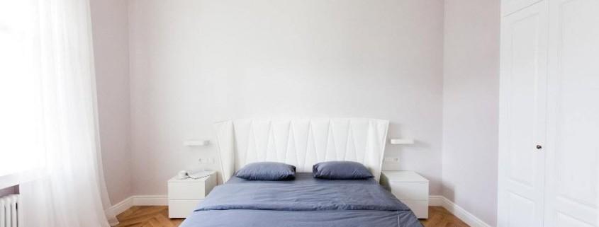 Спальня с минимальной обстановкой