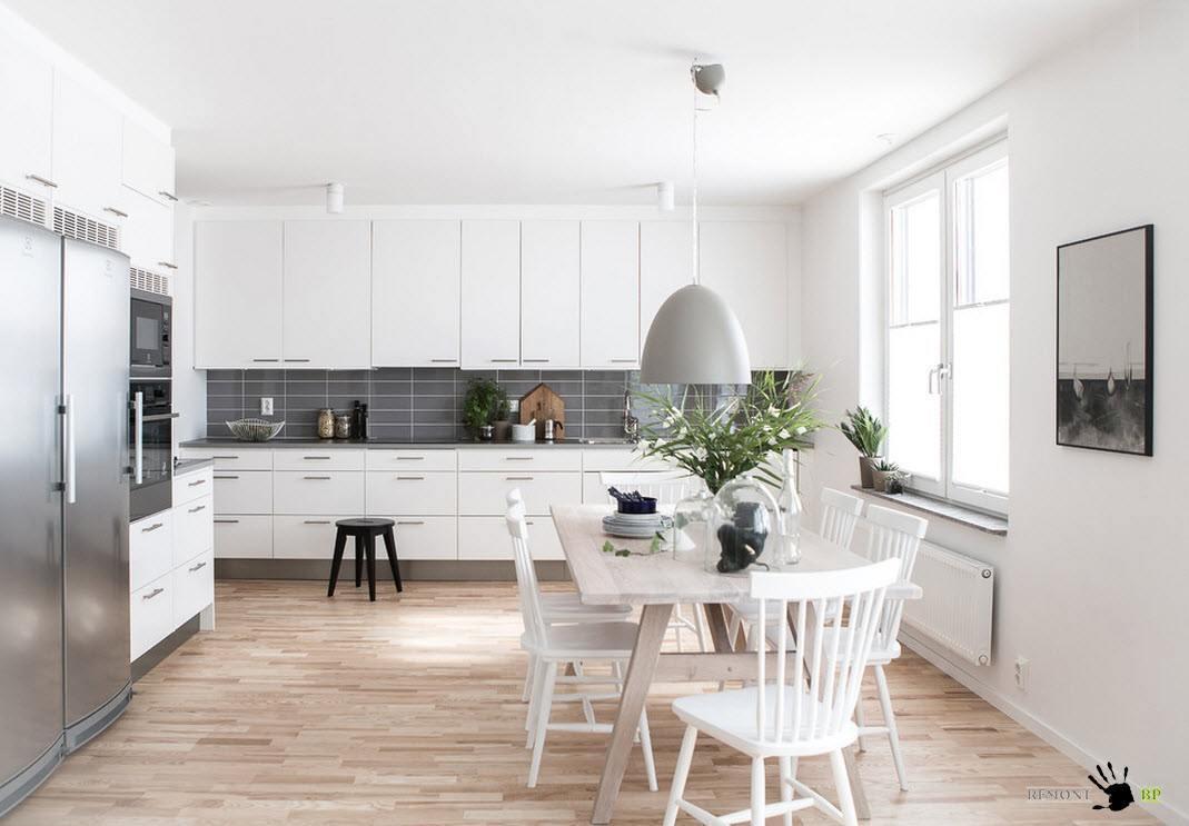 Просторная и светлая кухня