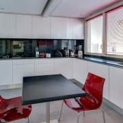 Современный интерьер кухни с П-образной планировкой