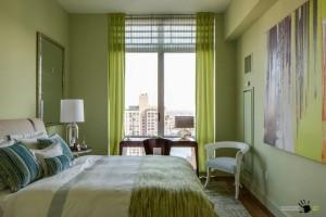 Светло-зеленая палитра спальни небольших размеров