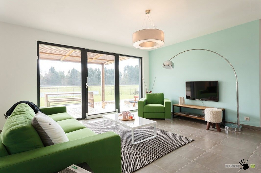 Панорамные окна в гостиной