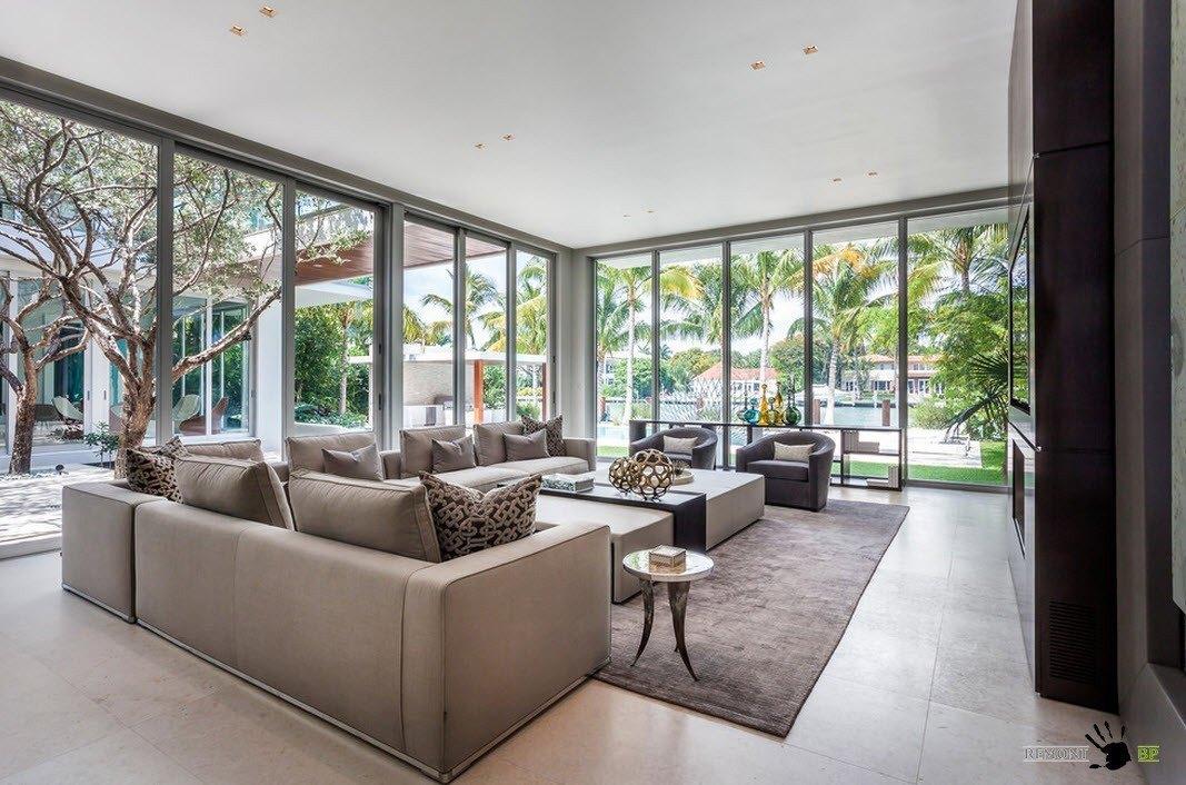Гостиная со стеклянными стенами