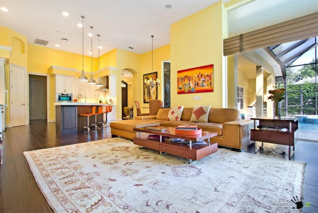 Просторная гостиная в желтом цвете