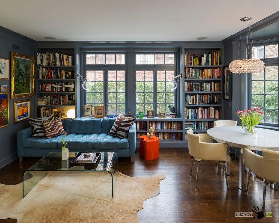 Гостиная с книжным стеллажом