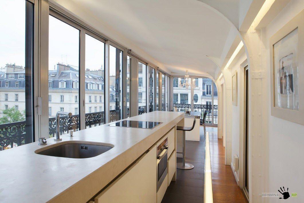 Кухонная зона вдоль панорамных окон