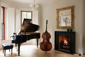 Интерьер комнаты с роялем