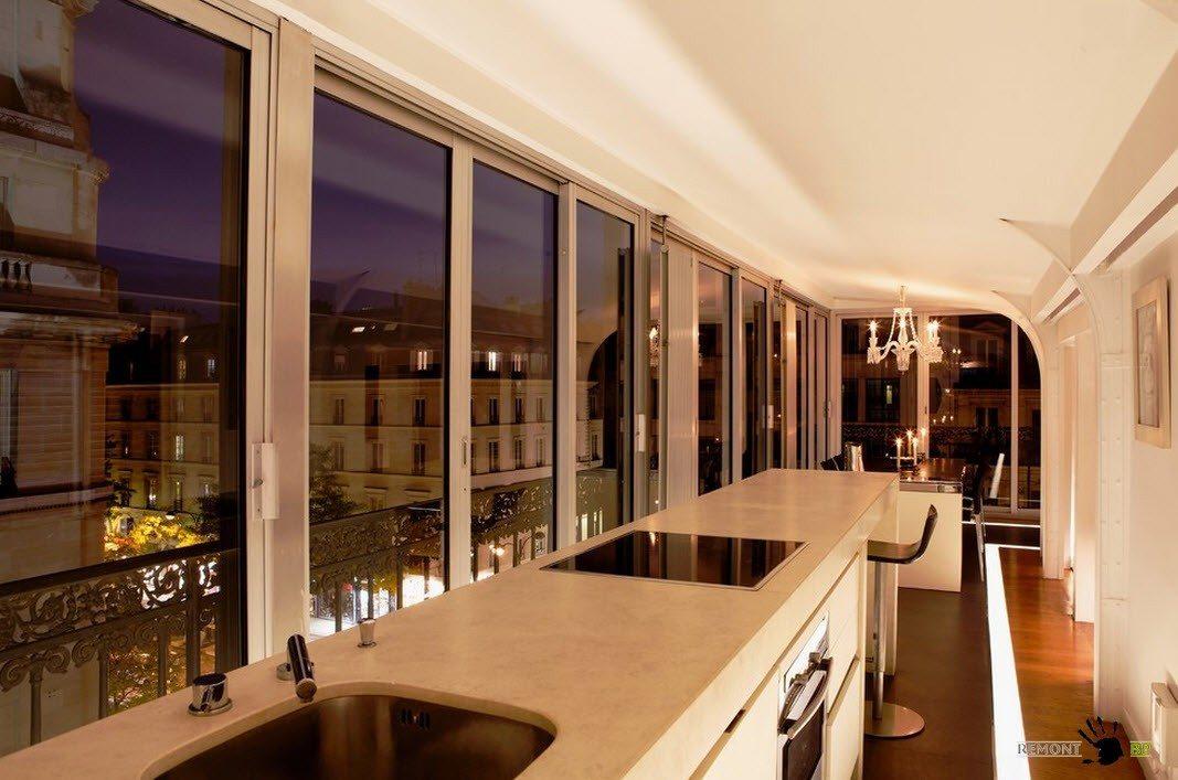 Вид из панорамных окон в ночное время