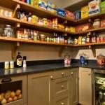 Как практично и рационально обустроить кухонную кладовку
