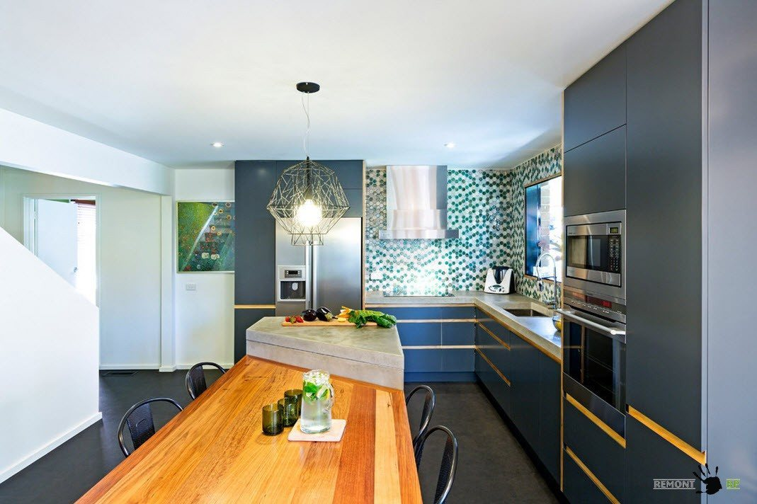 Яркая кухня-столовая