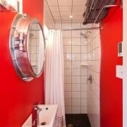 Яркий дизайн ванной комнаты малой площади