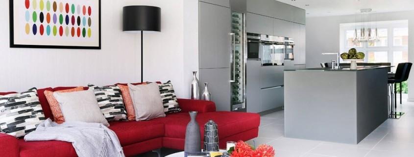 Серый интерьер с красной мебелью