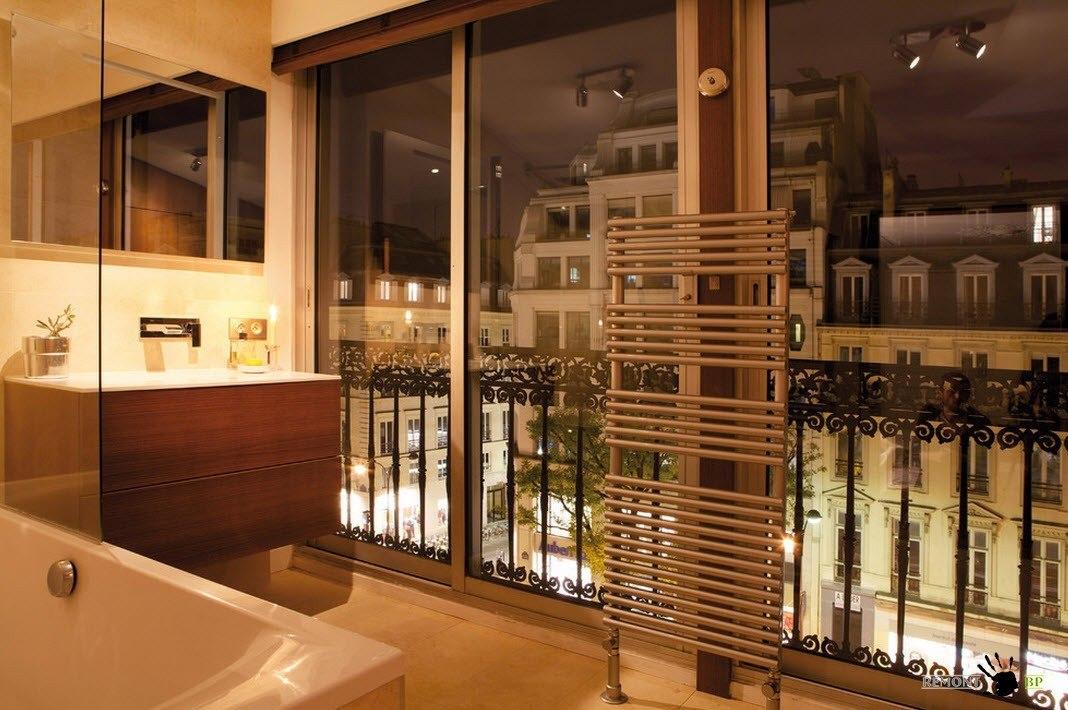 Интерьер ванной комнаты с панорамными окнами