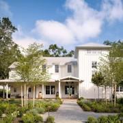 Белоснежный фасад частного дома