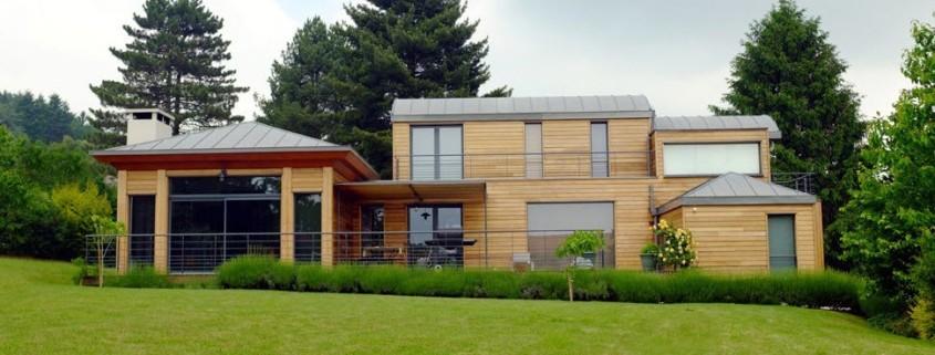 Загородный дом с деревянной облицовкой