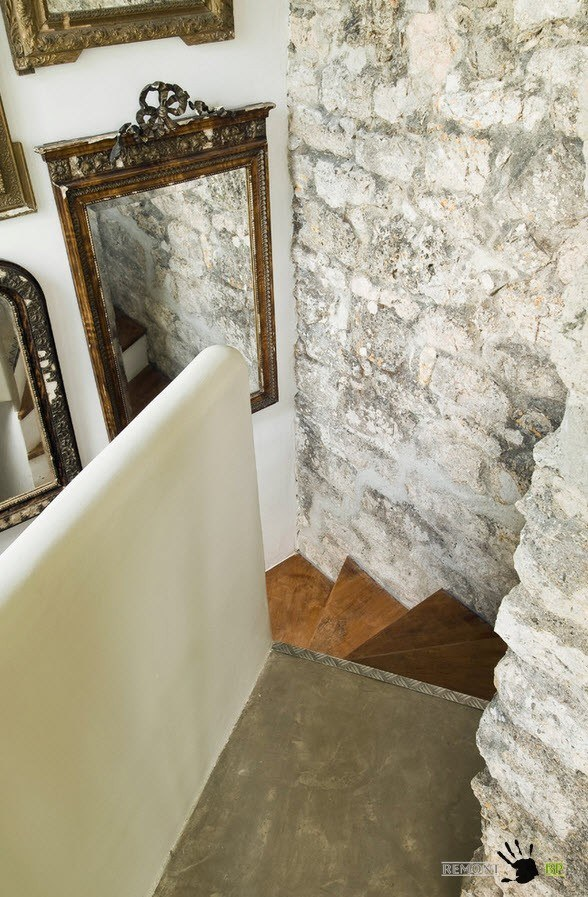Каменные стены вдоль лестницы