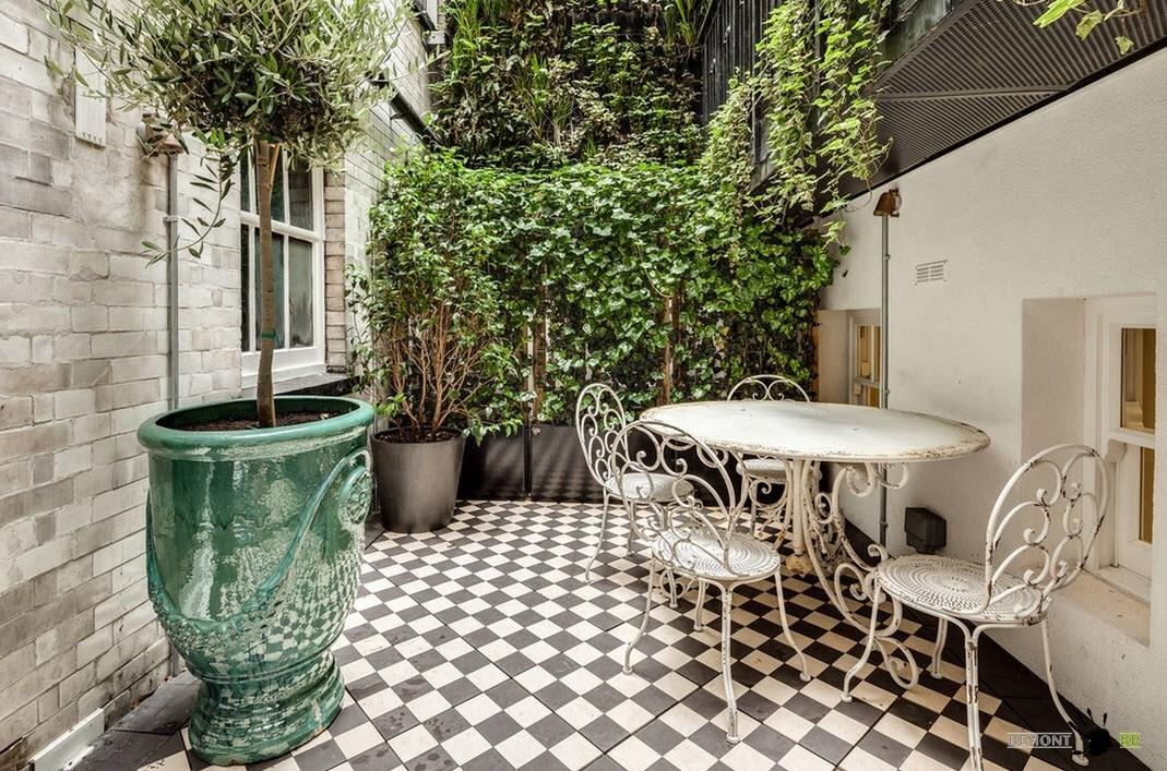 Уютная терраса с живыми растениями
