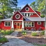 Фасад красного цвета – смелое решение для колоритного образа частного дома