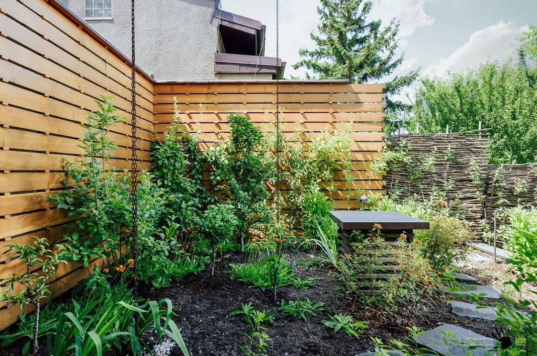 Комбинированный забор вокруг двора