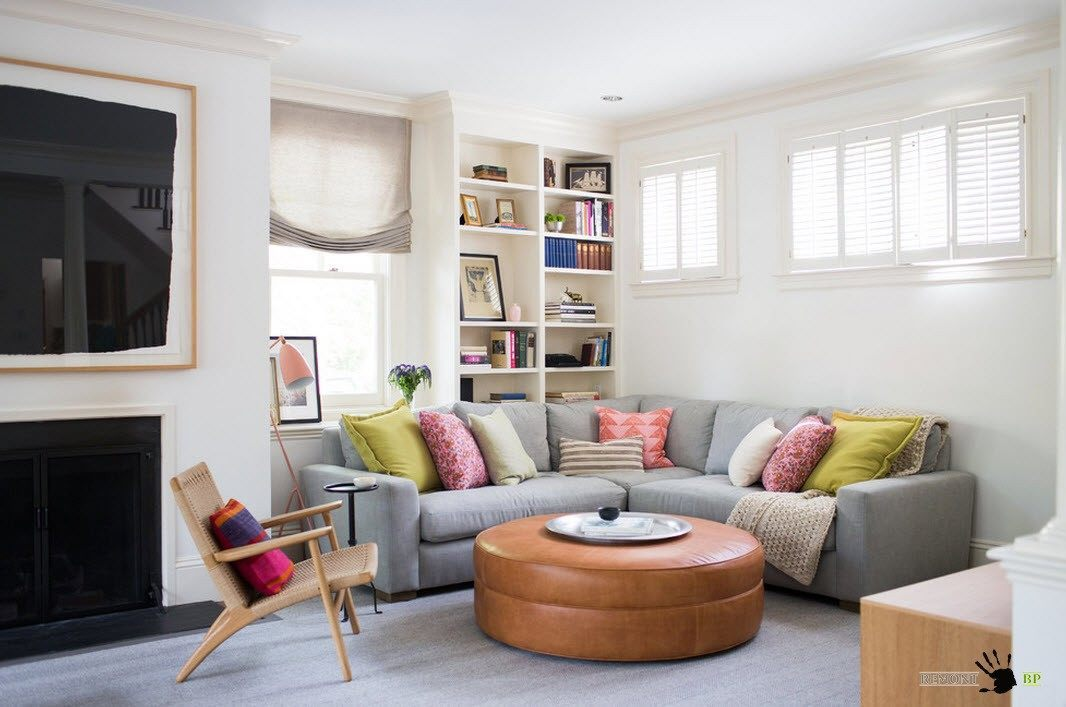 Угловой диван и круглый пуф
