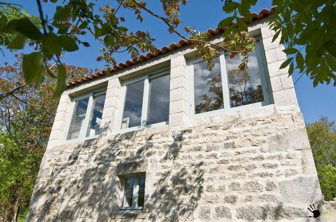 Современные стеклопакеты на фасаде старого дома