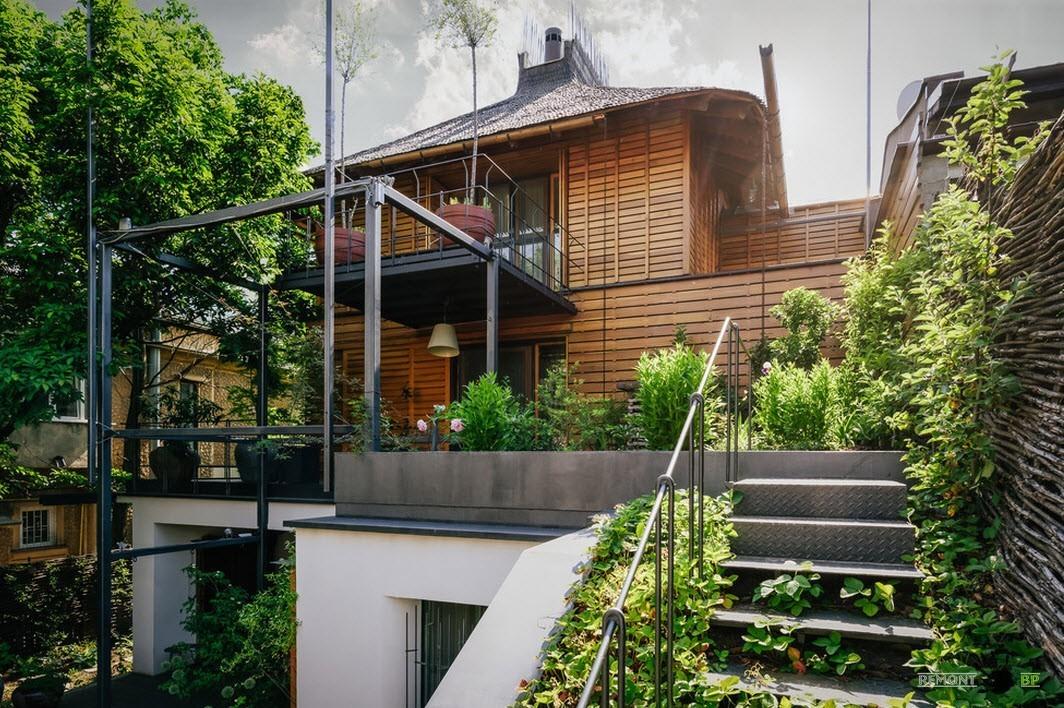Фасад здания из металла и дерева