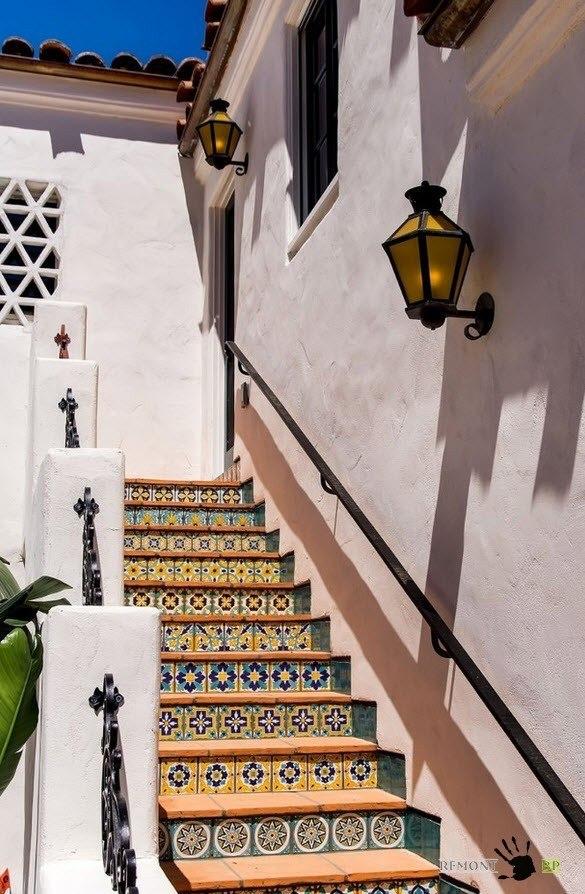 Уличная пестрая лестница