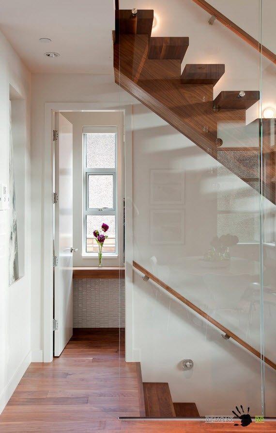 Деревянная лестница со стеклянными стенками